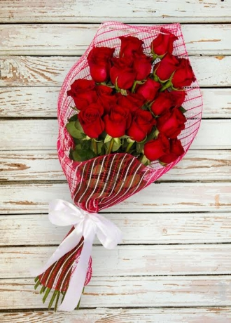 Cam Vazo İçinde Lilyumlar Çiçe&#287i & Ürünü Kırmızı Gül Demeti